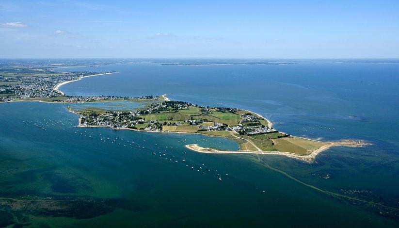 Photo aerienne de l'embouchure de la riviere de penerf, vue sur la tour des anglais, a droite de la pointe du dibenn ( cote ocean). vue sur le port de Penerf, et la grande plage de Damgan.